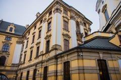 Härlig gul byggnad i ett centrum royaltyfri foto