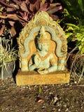 Härlig gul gräsplan & smaragd en sid den buddha statyn Royaltyfri Bild