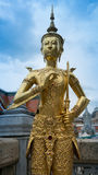 Härlig guld- ängelstaty Thailand Royaltyfri Bild