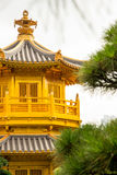 Härlig guld- arkitektur för kinesisk stil för pagod i Nan Lian G Royaltyfri Bild