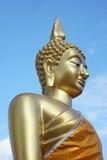 Härlig guld- Buddha under den blåa himlen Royaltyfri Foto