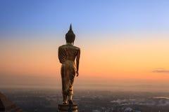 Härlig guld- Buddhastaty i Wat Phra That Khao Noi, Nan Province, Thailand Royaltyfri Fotografi
