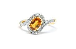 Härlig guld- cirkel med den isolerade diamanten och gulingsafir Arkivbilder