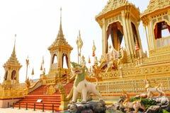 Härlig guld den kungliga krematoriet för konungen Bhumibol Adulyadej på November 04, 2017 Arkivbilder