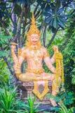 Härlig guld- Shiva staty i den offentliga skogtemplet Shiva är en av de främsta gudarna av Hinduism och suverän Beingintelligens arkivfoto