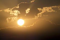 Härlig guld- soluppgång med den stora gula solen och moln Arkivbilder