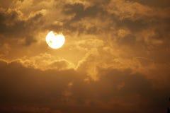 Härlig guld- soluppgång med den stora gula solen och moln Royaltyfri Bild