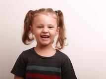 Härlig gyckel som skrattar ungeflickan med tänder arkivbild