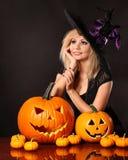 Härlig häxa med pumpor halloween Royaltyfri Bild