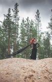 Härlig häxa med rött håranseende på kullen Arkivfoton
