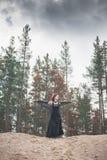 Härlig häxa med rött håranseende på kullen Royaltyfri Foto