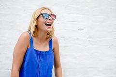 Härlig hållande ögonen på film för ung kvinna med exponeringsglas 3D, upphetsande se framåtriktat Ståendecloseup Arkivbilder