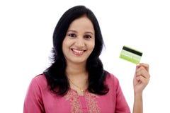 Härlig hållande kreditkort för ung kvinna arkivfoto