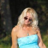 Härlig hög blond kvinna Arkivbild