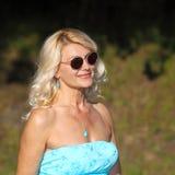Härlig hög blond kvinna Arkivbilder