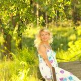 Härlig hög blond kvinna Arkivfoto
