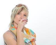 Härlig hög kvinna för blont hår som röker den elektroniska cigaretten Royaltyfri Bild