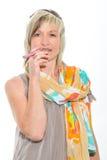Härlig hög kvinna för blont hår som röker den elektroniska cigaretten Arkivbild