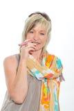 Härlig hög kvinna för blont hår som röker den elektroniska cigaretten Royaltyfri Foto