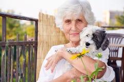 Härlig hög kvinna som kramar hennes hund Royaltyfri Fotografi