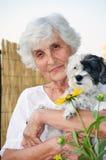 Härlig hög kvinna som kramar hennes hund Royaltyfri Foto