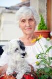 Härlig hög kvinna som kramar hennes hund Arkivfoton