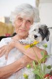 Härlig hög kvinna som kramar hennes hund Fotografering för Bildbyråer