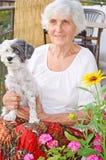 Härlig hög kvinna som kramar hennes hund Royaltyfria Bilder