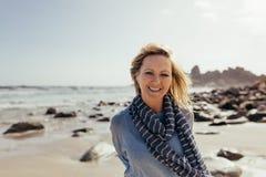 Härlig hög kvinna som ler på stranden royaltyfri fotografi