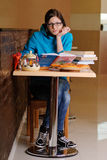 Härlig högskolestudent i pizzeria Arkivbild