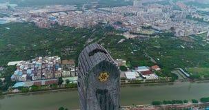 Härlig högväxt byggnad i Kina, kontrasten av liv i Kina, en högväxt byggnad mot bakgrunden av härligt arkivfilmer