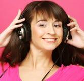 härlig hörlurarkvinna royaltyfri foto