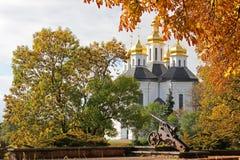 Härlig höst Gula Trees Kyrka Gammal kyrka i Chernigov guld- kupol historia royaltyfri foto
