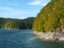 Härlig höst på sjön Solina Bieszczady Arkivfoto