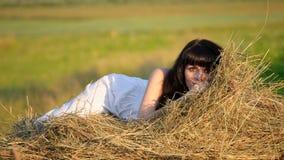 härlig höstackkvinna arkivfoton