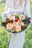 Härlig höstbukett för närbild i händer blommaordning med olika blommor grön gräsmatta på bakgrund brigham fotografering för bildbyråer