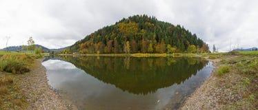 Härlig höstpanoramareflexion i den svarta skogen, Tyskland, Europa royaltyfri fotografi
