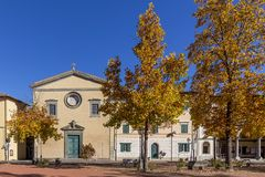 Härlig höstsikt av piazza Vittorio Emanuele II och församlingen av Santa Maria Assunta i Bientina, Pisa, Italien arkivbilder