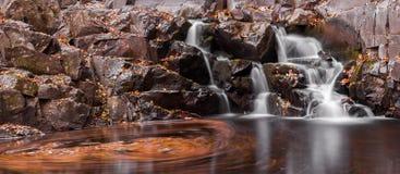 Härlig höstvattenfall Arkivbild