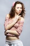 härlig haired model ståenderedstudio Arkivfoto