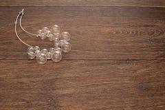 Härlig halsband för kvinnor som är glass på träbakgrund royaltyfria bilder
