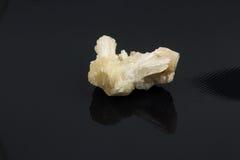 Härlig halv-dyrbar sten på en svart bakgrund Arkivbild