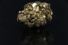 Härlig halv-dyrbar stenpyrit på en svart bakgrund Royaltyfria Bilder