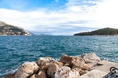 Härlig hamnbänk i den gamla staden i Dubrovnik, Kroatien Arkivfoton