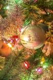 Härlig hand - gjord glass boll på julgranen Arkivfoto