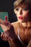 härlig hand som ser spegelkvinnabarn arkivfoto