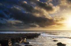 Härlig havlandskapbild under att bedöva solnedgång arkivfoto
