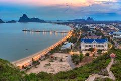 Härlig havs- och himmelsoluppgång på Ao Prachuab Prachuap Khiri Khan Thailand Royaltyfri Fotografi