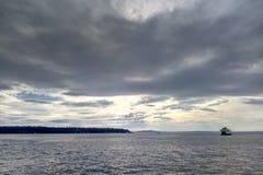 Härlig havsikt med ett skepp på horisonten fotografering för bildbyråer