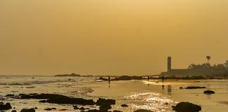 Härlig havskust på vibrerande himmel för soluppgång- eller solnedgångsolnedgång royaltyfri bild